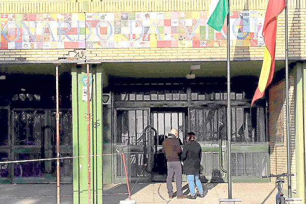 Desprendimientos de ladrillos en la entrada del instituto han obligado a acordonar el acceso. / José Luis Montero