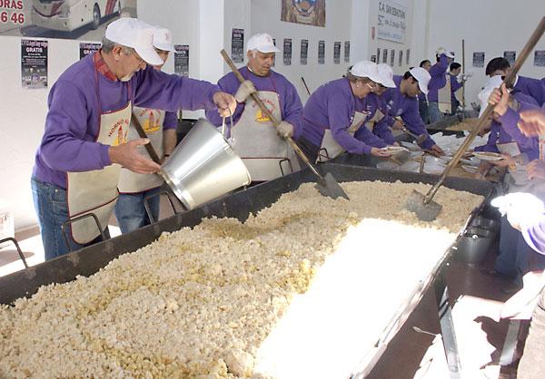 Echando el aceite en la elaboración de las migas. / El Correo