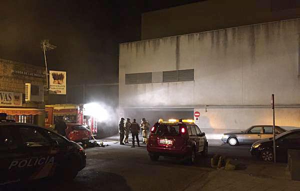 Imagen de los bomberos en el parking de los Maristas. / Foto: Mario A. Leal (@maleabre)
