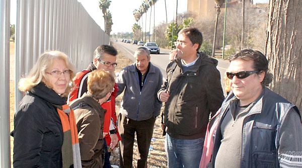 Visita del concejal de IU, Luis Fernández, al Polígono Sur y, más concretamente, al Parque Guadaíra. / El Correo