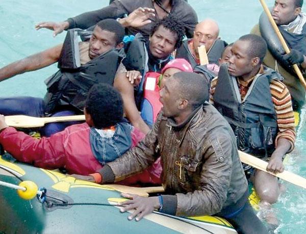 Un grupo de inmigrantes rescatados por la Guardia Civil, en una imagen de archivo. / El Correo