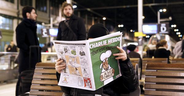 """""""CHARLIE HEBDO"""" SE AGOTA CONFORME LLEGA A LOS QUIOSCOS FRANCESES, CON COLAS"""