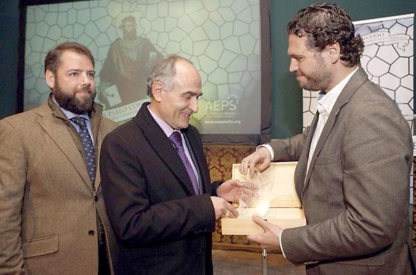 El director general de El Correo de Andalucía, David López Royo (c), recibe el galardón. / Pepo Herrera