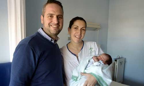 Rubén y Cristina son los orgullosos padres de Leire, la primera recién nacida sevillana de 2015. Foto: Manuel Gómez
