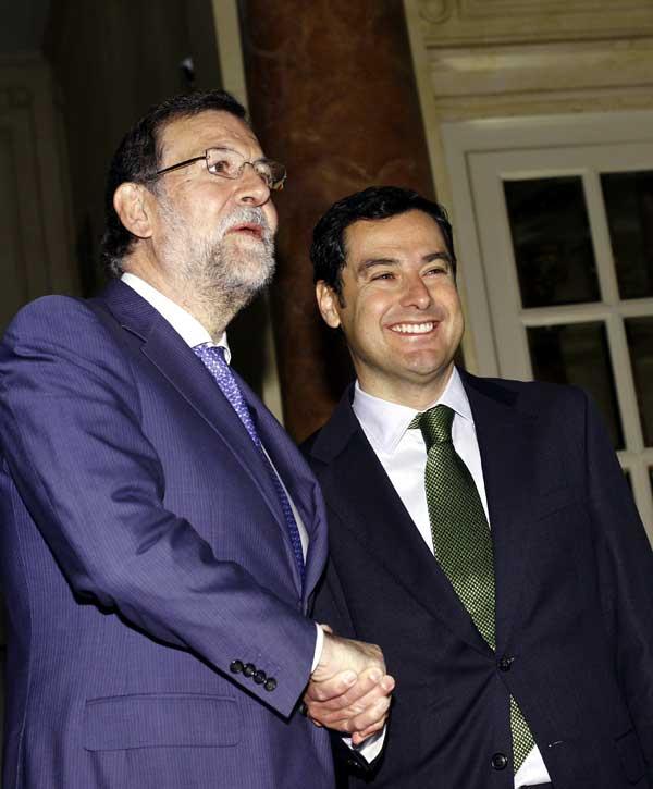 El presidente del PP andaluz, Juan Manuel Moreno (d), junto al presidente del Gobierno, Mariano Rajoy. / EFE