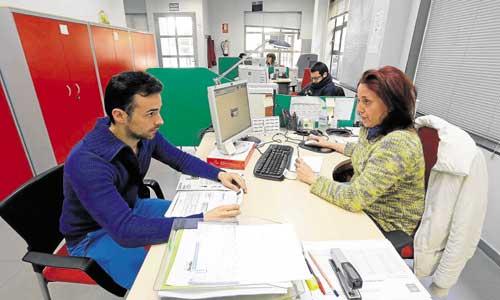 Rubén Muñiz es atendido por una técnica de empleo del SAE, al que acudió para interesarse por una oferta de empleo relacionada con su formación. / Fotos: José Luis Montero