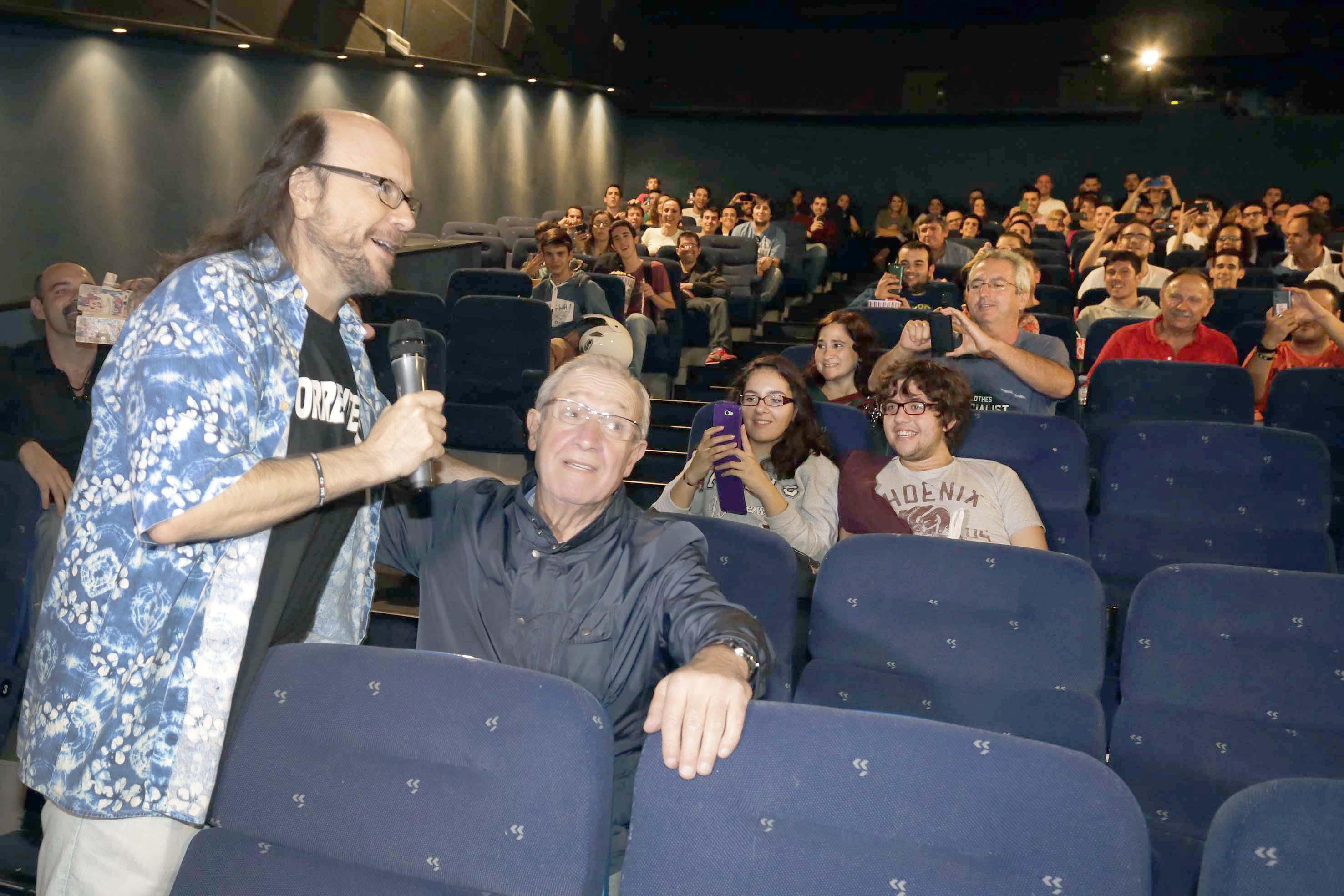 Espectadores en un cine sevillano con Santiago Segura. / José Luis Montero