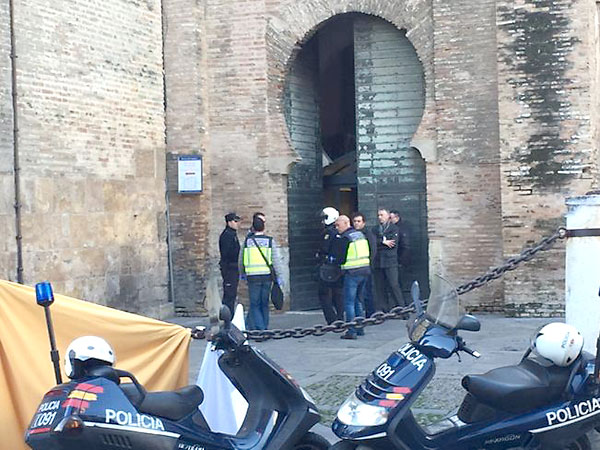 La policía oculta con sábanas el cuerpo. / Foto: @7vueltas