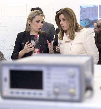 La presidenta de la Junta de Andalucía, Susana Díaz (d), y la directora general de Skylife Engineering, María Ángeles Martín (i), durante su visita hoy a las instalaciones de esta empresa aeronáutica en Aerópolis. /EFE/Julio Muñoz