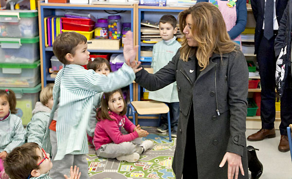 La presidenta de la Junta de Andalucía, Susana Díaz (PSOE), a su llegada al colegio Antonio Machado de Jerez de la Frontera (Cádiz), que ha inaugurado este lunes. / EFE