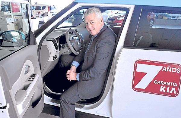 Nicolás Fernández Tejada, gerente de Kitur Sevilla, en el concesionario de Fernández Murube, en el polígono Carretera Amarilla. / Manuel Gómez