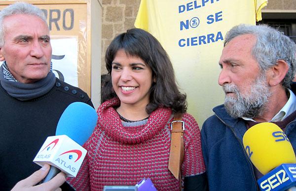 Diego Cañamero (SAT) y Teresa Rodríguez (Podemos) con el colectivo de Delphi. / E.P.