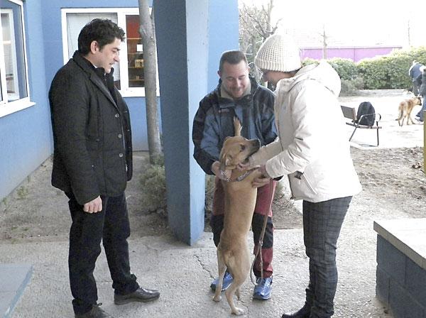Fotografía facilitada por el Ayuntamiento de Alcorcón, del alcalde de la localidad, David Pérez (i), que ha entregado hoy un perro en adopción a Teresa Romero. / EFE