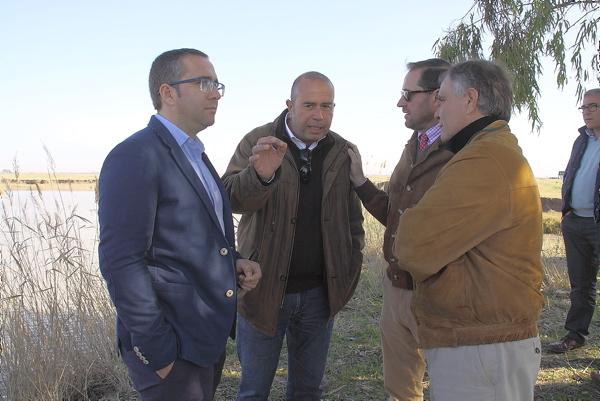 Los alcaldes de Los Palacios, Juan Manuel Valle, e Isla Mayor, Ángel García Espuny, durante la reunión con arroceros, hosteleros y barqueros.