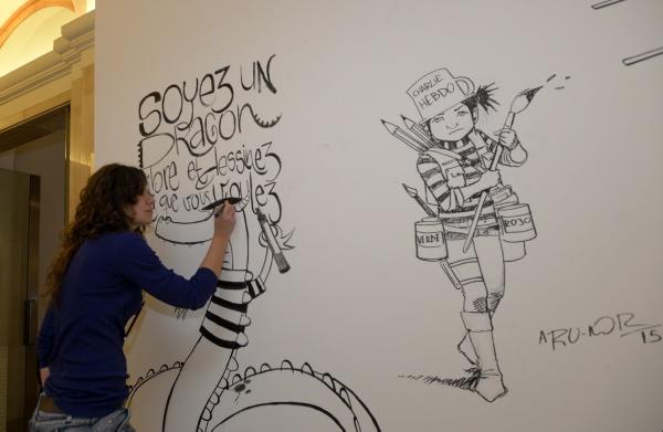 Una de las artistas participantes en el homenaje a 'Charlie Hebdo' celebrado en la Casa de la Provincia. / Inma Flores