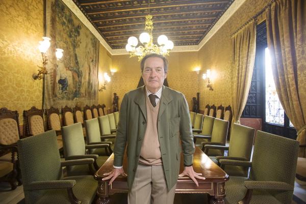 Carlos Camacho posa en el salón de la sede de Asemesa, en el casco histórico de Sevilla. / PEPO HERRERA