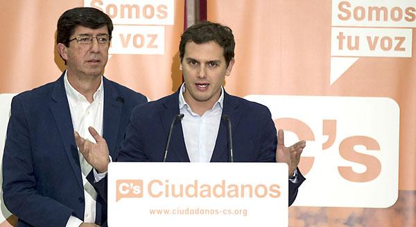 Albert Rivera y el candidato a la Junta de Ciudadanos Juan Marín, ayer en Sevilla. / EFE