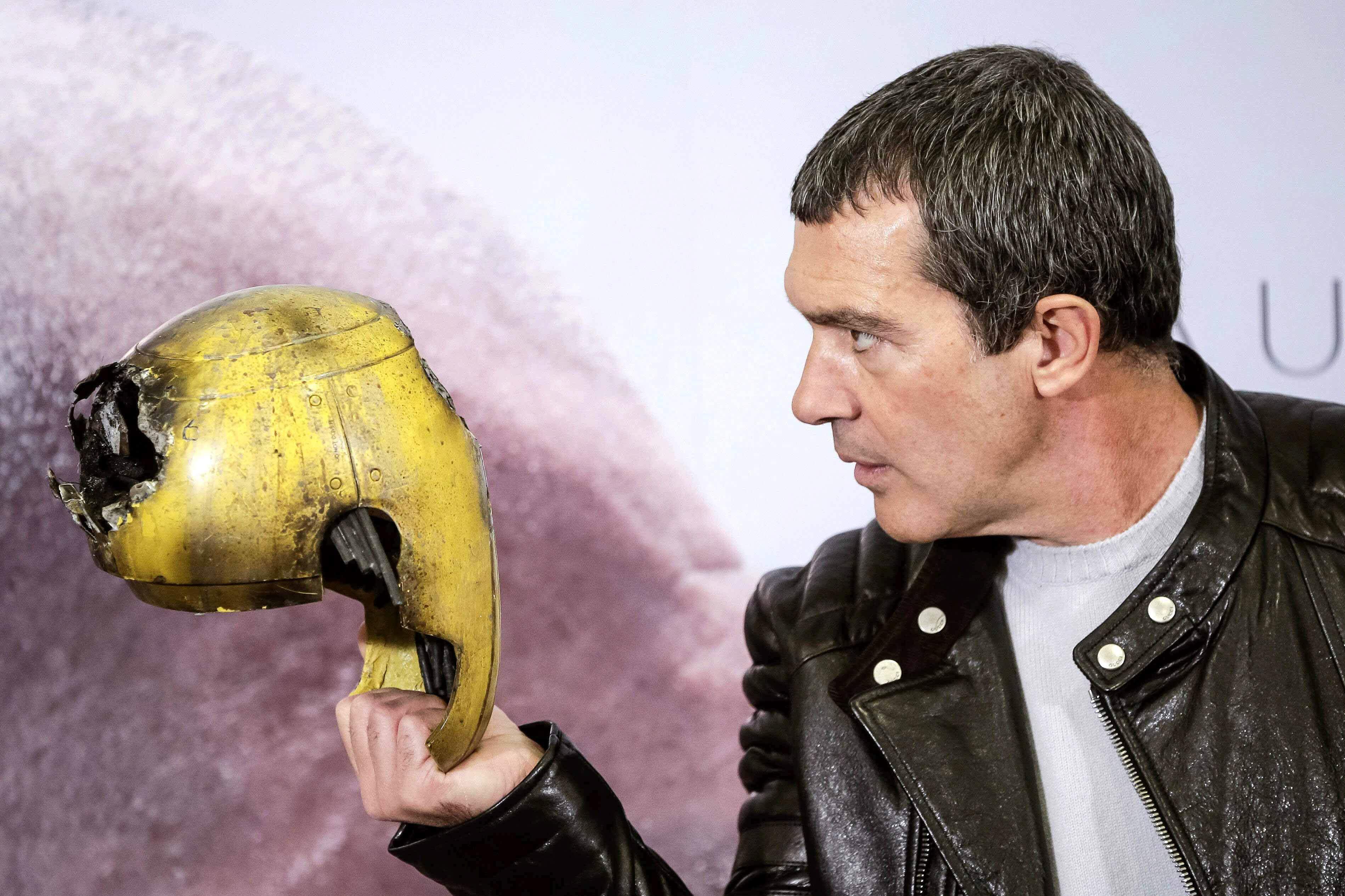 El actor Antonio Banderas, frente a una máscara de robot del filme Autómata. / Emilio Naranjo (Efe)