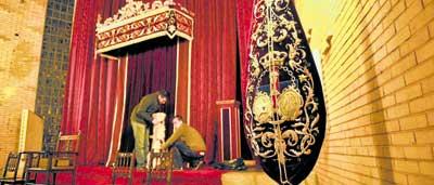 Preparación del altar de Jesús Cautivo y Rescatado en la parroquia de San Ignacio de Loyola. / R.A.