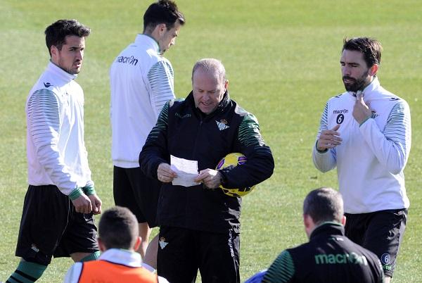 Pepe Mel, con sus jugadores (Foto: Manuel Gómez).