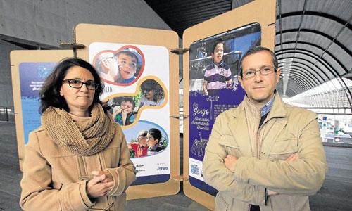Los padres de Jorge, un niño sevillano que padece la enfermedad. Foto: José Luis Montero
