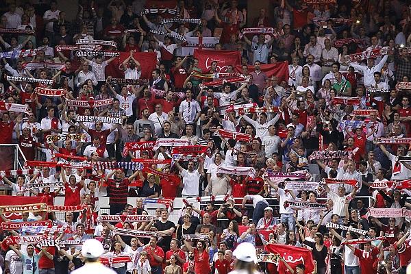 Aficionados del Sevilla en el Sánchez-Pizjuán (Efe)