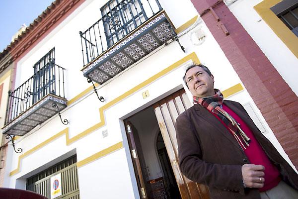 Alcaldía de Sevilla, Juan Espadas, ante su casa natal en el Retiro Obrero. / Pepo Herrera