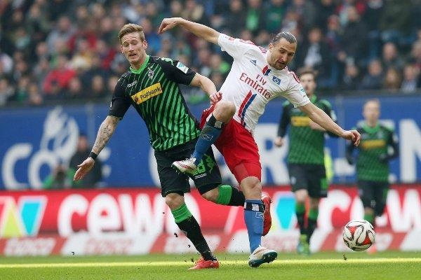 Hahn lucha por un balón con Jiracek (Efe).