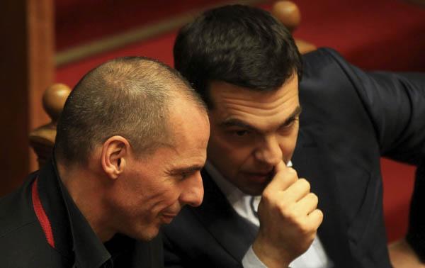 El primer ministro griego Alexis Tsipras (dcha) conversa con el ministro de Finanzas Yanis Varufakis durante la votación para elegir al nuevo presidente griego. / EFE