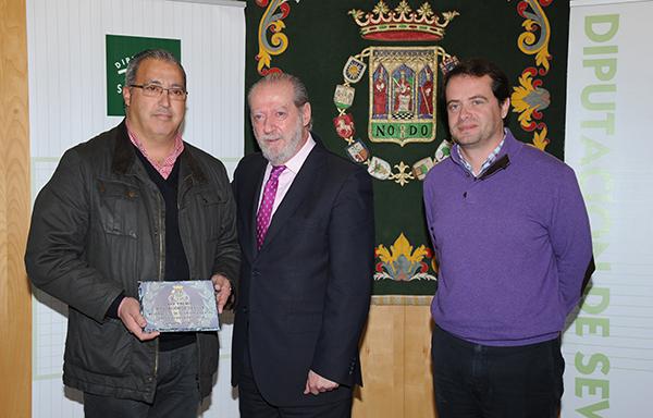 El premiado al mejor aceite de la provincia recibe su galardón de Fernando Rodríguez Villalobos y Antonio Conde. / El Correo