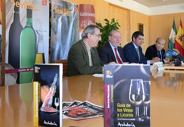 Villalobos presentó ayer las dos guías acompañado por hosteleros y productores. / El Correo