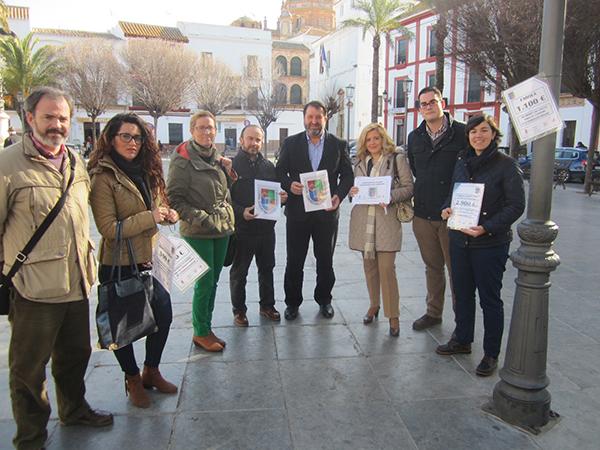El alcalde de Carmona, Juan Ávila, en el centro, durante la presentación de la campaña. / El Correo