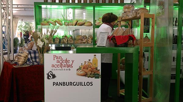 Dulce regenta la única panadería artesanal que existe en Burguillos. / H. P.