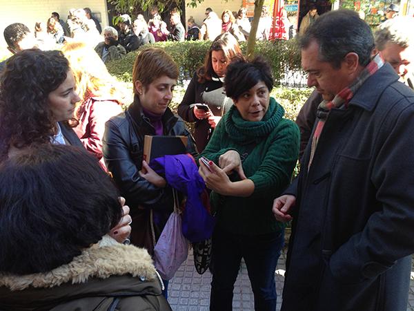 Espadas, ayer por la tarde durante su encuentro con representantes del Ampa del colegio afectado. / El Correo