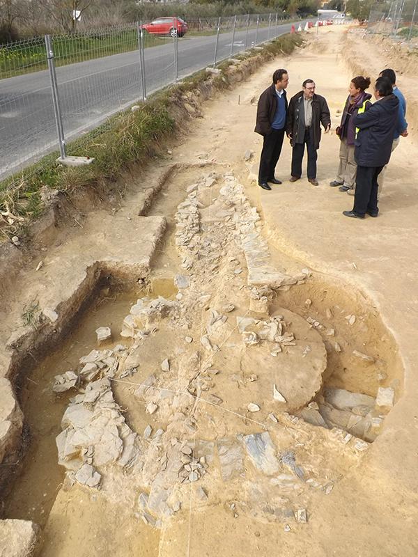 El alcalde, Antonio Suárez, ha visitado la zona donde se han hallado nuevos restos. / El Correo