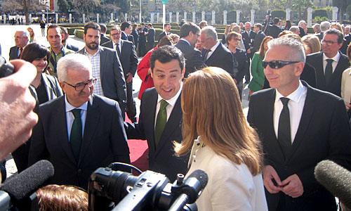 Juanma Moreno dialoga con Susana Díaz en el acto del 28-F en el Parlamento