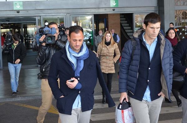 Beto, llegando ayer a Sevilla (Foto: Jesús Barrera).