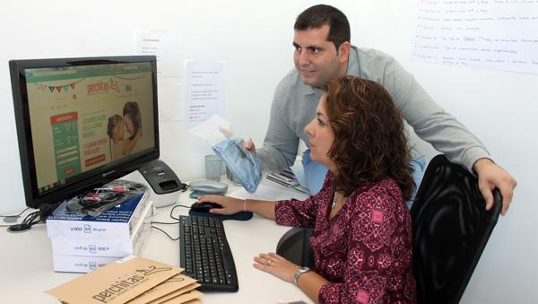 José Antonio Hernández y Esperanza Caballo, delante de su página web perchitas.com. / El Correo