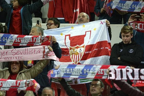 Aficionados del Sevilla en el partido europeo (Foto: Manuel Gómez).