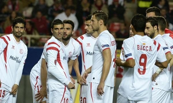 Los jugadores sevillistas, antes del partido ante el Gladbach (Foto: Manuel Gómez).
