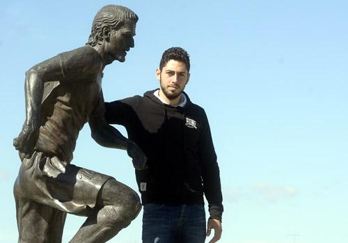 Candela posa junto a la estatua construida en memoria de Antonio Puerta. / Manuel Gómez