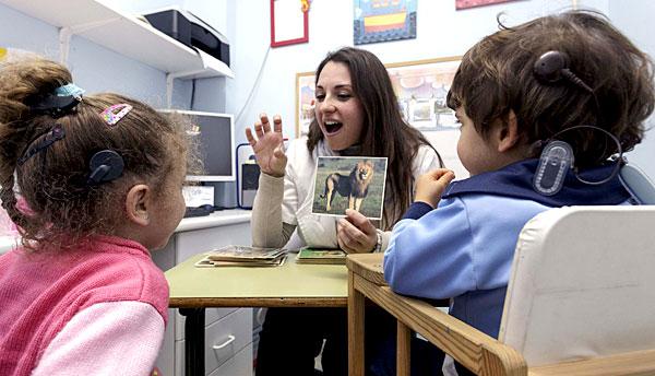Niños nacidos sordos con implantes cocleares en una de las clases de la asociación Aspas. / José Luis Montero
