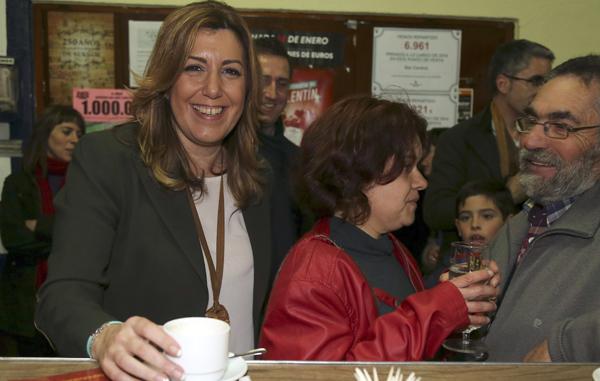 La presidenta de la Junta de Andalucía Susana Díaz, durante la visita que ha realizado hoy a la región granadina de Benamaurel. / EFE