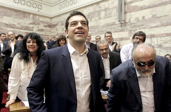 El primer ministro griego y líder del partido izquierdista Syriza, Alexis Tsipras (c) hoy en Atenas. / EFE