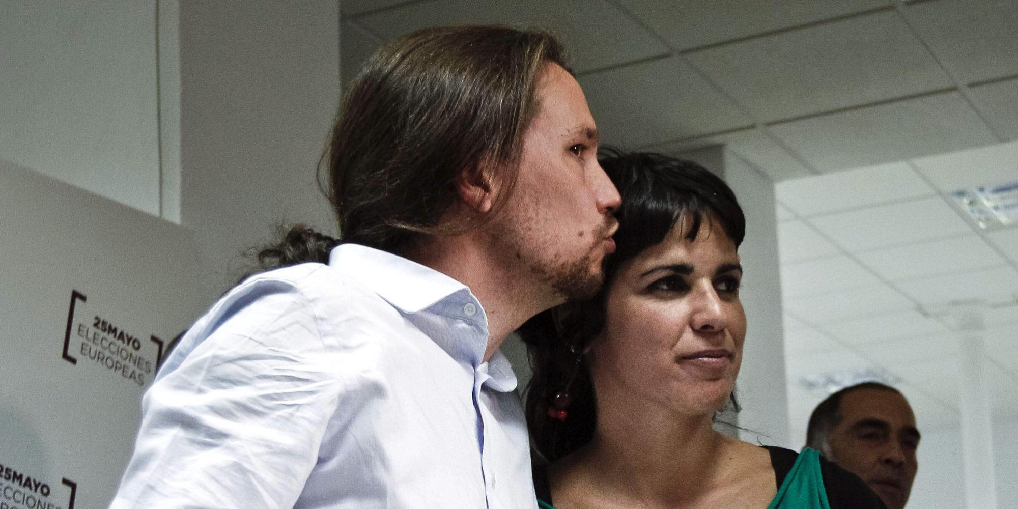 Pablo Iglesias saluda a Teresa Rodríguez en un mitien de Podemos. / EFE