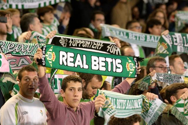 Aficionados del Betis, el sábado antes del partido contra el Girona / Foto: Manuel Gómez