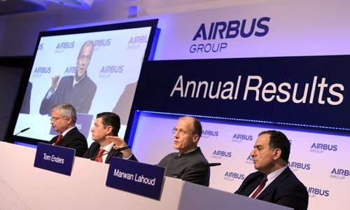 (De izq a der) El director de Comunicaciones del grupo europeo Airbus, Rainer Ohler, el director financiero de la compañía, Harald Wilhelm; el presidente de Airbus, Tom Enders, y el director de estrategia, Marwan Lahour, presentan a la prensa los resultados de la compañía en Múnich (Alemania) hoy, viernes 27 de febrero de 2015. El grupo europeo Airbus tuvo el pasado año 2.343 millones de euros de beneficio, un 59 % más que en 2013 gracias en particular a una buena rentabilidad en la mayor parte de las divisiones y a una cartera de pedidos récord. EFE/Tobias Hase