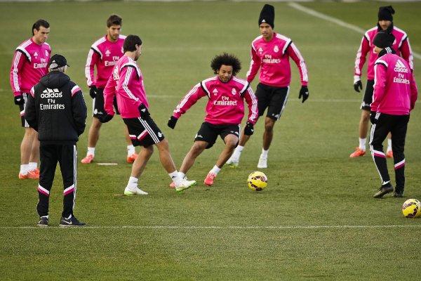 Ancelotti, observando a sus jugadores (Foto: Efe)