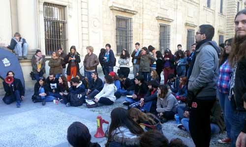 La asamblea de estudiantes a las puertas del Rectorado de la Universidad de Sevilla.