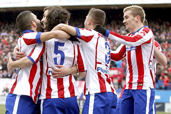 Jugadores atléticos celebran el gol de Tiago. / EFE